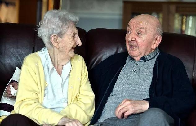98-летняя мать, которая поехала в дом престарелых, чтобы ухаживать за 80-летним сыном